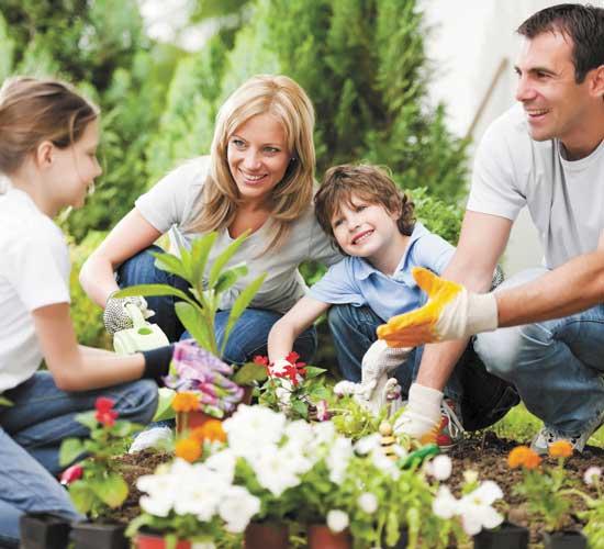 famiglia che pianta fiori