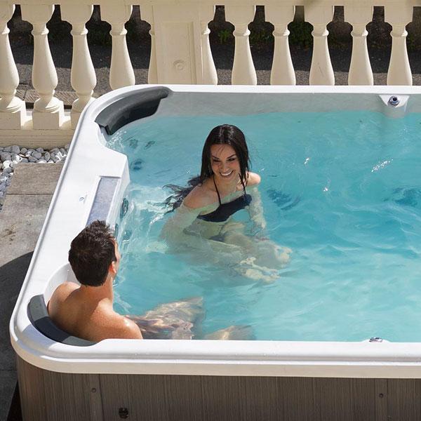 Una coppia che chiacchiera in una mini piscina nuoto controcorrente